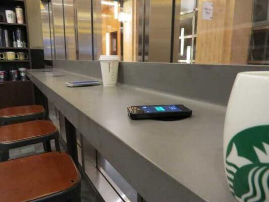 Sạc không dây công cộng cửa hàng Starbucks